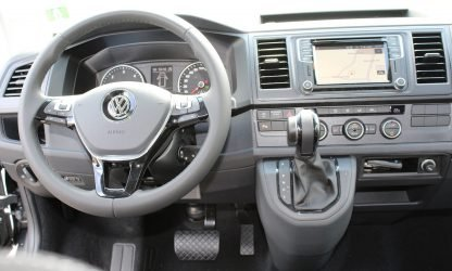 Location voiture minibus Calvados - Volkswagen Caravelle - intérieur et tableau de bord
